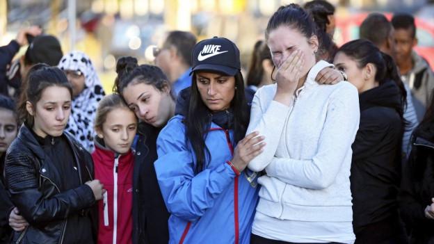 Zu sehen sind Schülerinnen und Schüler im schwedischen Trollhättan. Sie trauern um die Opfer nach dem Attentat an ihrer Schule.