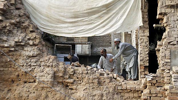 Bewohner eines eingestürzten Hauses in Peschwar.