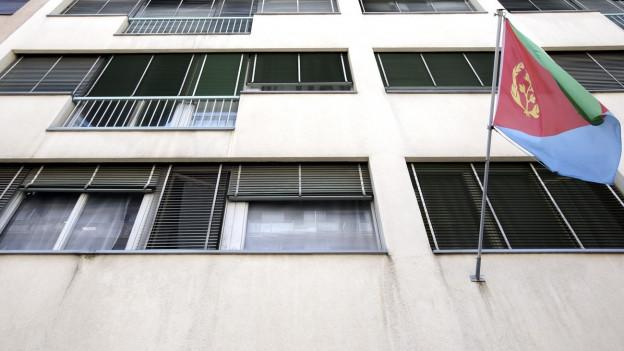 Eine eritreische Flagge weht an einem Gebäude in Genf.