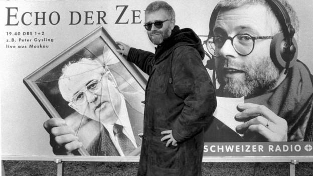 Peter Gysling steht vor einem Plakat des «Echo der Zeit».