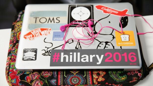 Ein Aufkleber mit diversen Marken und der Aufschrift «hillary 2016».