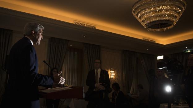 US-Aussenministr spricht in einem prächtigen Raum zu Journalisten. Im Rahmen von Syriengesprächen in Wien.