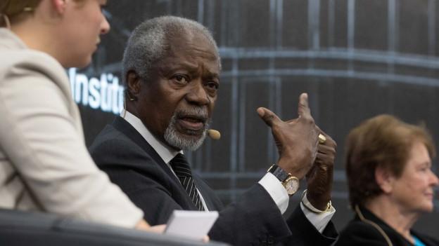 Kofi Annan am Dienstag dem 27. Oktober 2015 bei einer Podiumsveranstaltung in Genf. Ebenfalls im Bild: Melanie Kolbe, Gesprächsleiterin und Assistenzprofessorin am Genfer «Graduate Institute».