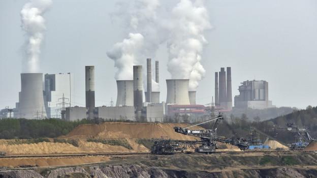 Auf dem Bild zu sehen ist eine Braunkohle-Mine und ein Kraftwerkpark nahe der deutschen Stadt Grevenbroich.