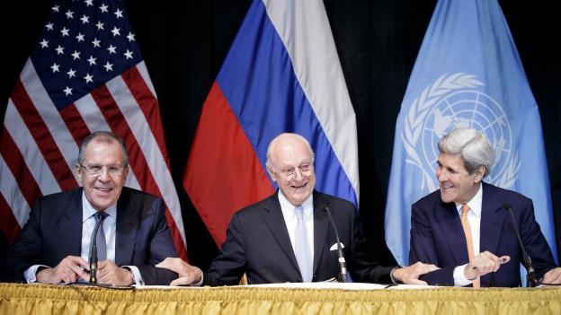 Zu sehen sind an der Syrien-Konfervon links nach rechts: Russlands Aussenminister Lawrow, der UNO-Sondergesandte de Mistura und US-Aussenminister Kerry.