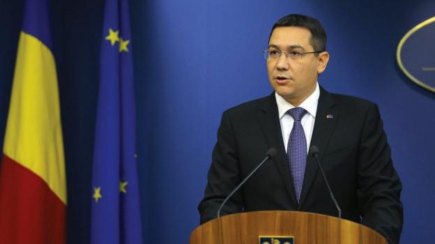 Victor Ponta während einer Rede an einem Rednerpult.
