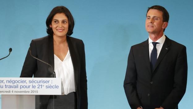 Zu sehen sind Premierminister Manuel Valls und Arbeitsministerin Myriam el Khomry an einer Pressekonferenz in Paris am Mittwoch abend.