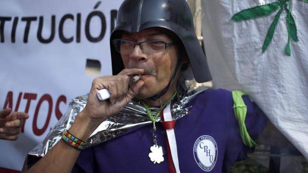 Zu sehen ist ein Befürworter der Marihuana-Legalisierung vor dem Obersten Gericht in Mexiko.