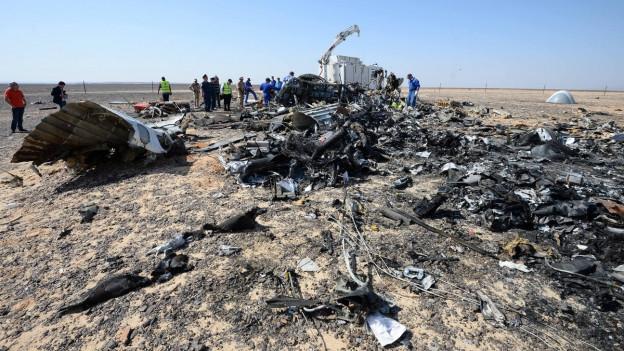 Russische und ägyptische Experten arbeiten am 2. November 2015 an der Absturzstelle auf der Sinai-Halbinsel einer russischen Passagiermaschine, die eigentlich nach für St. Petersburg in Russland fliegen wollte.