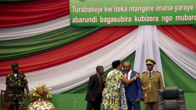 Zu sehen ist die Amtseinsetzung des burundischen Präsidenten Nkurunziza. Im Sommer wurde er wiedergewählt, entgegen der Verfassung, und trotz eines Wahlboykotts der Opposition.
