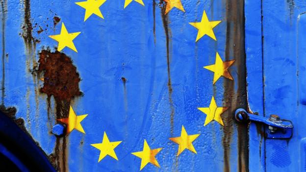 Die EU-Sterne auf einem rostigen, blauen Untergrund.