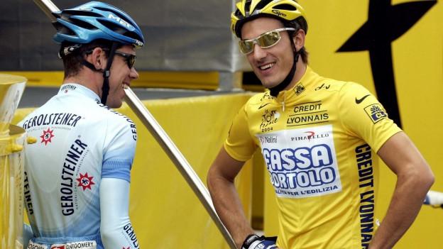Fabian Cancellara und Sven Montgomery sprechen zusammen während der Tour de France von 2004. Cancellara trägt das Leadertrikot.