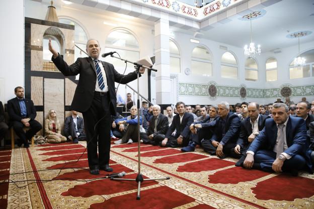 Imam Mustafa Memeti spricht in der neu eroeffneten Moschee im Haus der Religionen waehrend der Eroeffnungszeremonie im April 2015.