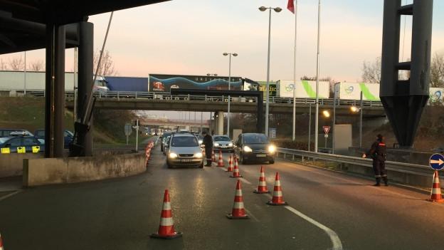 Beim Grenzübergang St. Louis kontrollieren Grenzwächter die Automobilisten bei der Einreise in die Schweiz.