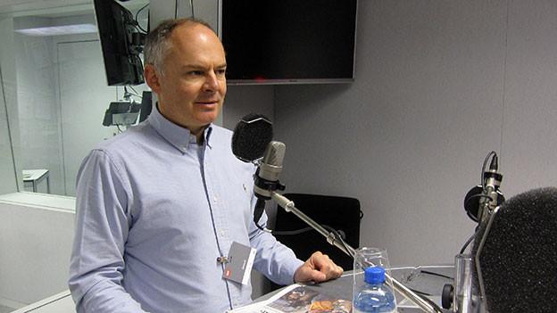 Mauro Mantovani steht im Radiostudio Bern.
