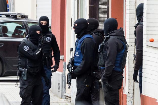 Maskierte Polizisten patrouillieren in Brüssels Strassen.