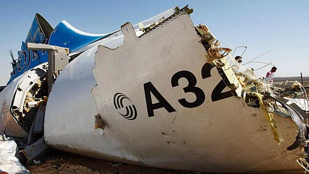 Ein Wrackteil des russischen Flugzeugs bei der Absturzstelle.