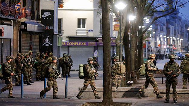 Französische Soldaten sichern die Polizeioperation im Pariser Vorort Saint-Denis.