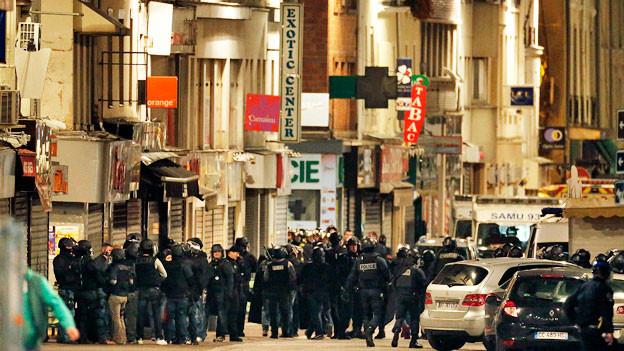 Grosseinsatz der Polizei in einer Strasse von Paris-Saint-Denis.