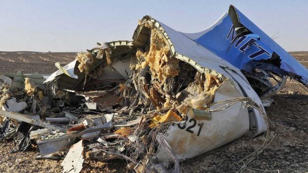 Zerstörte Teile eines Flugzeuges liegen in der Wüste