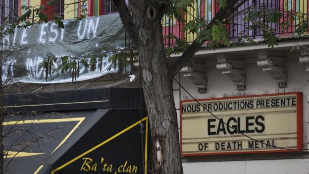Ein Hinweisschild am Bataclan für den Auftritt der Rockband Eagles of Death Metal