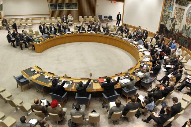 Sitzungssaal mit runden Sitzungstischen.