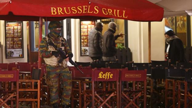 Terrorgefahr in Brüssel: Zu sehen ist ein belgischer Soldat, der im Stadtzentrum im Einsatz ist.