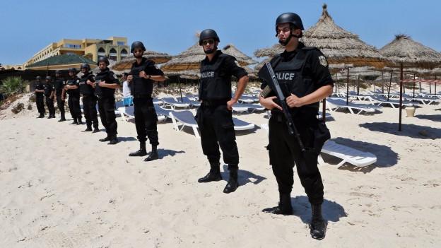 Zu sehen sind Sicherheitskräfte im Touristenort Al-Sousse, nach dem Anschlag auf ein Hotel Ende Juni, der 38 Todesopfer forderte.