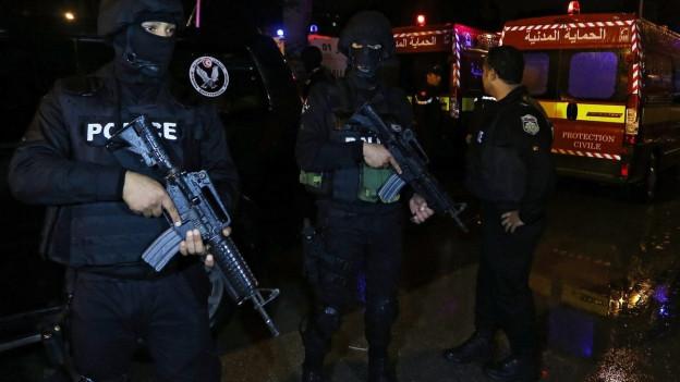 Sicherheits- und Rettungskräfte an dem Ort, wo die Explosion stattfand.