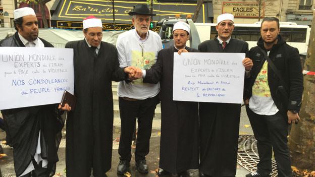 Gruppenbild mit islamischen Intellektuellen und Rabbi Michel Serfaty vor dem Bataclan in Paris, in welchem am 13. November 2015 anlässlich eines Terroranschlages 89 Menschen starben.