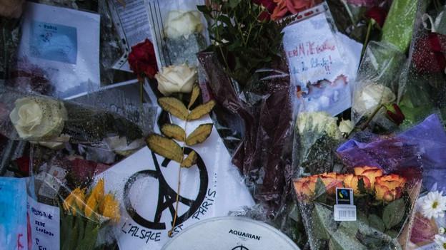 Blumen und Kerzen vor den Terror-Tatorten in Paris