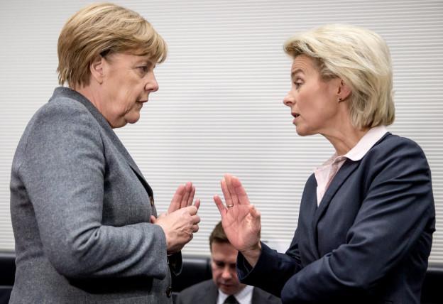 Bundeskanzlerin Angela Merkel und Verteidigungsministerin Ursula Von der Leyen in eine Diskussion vertieft.
