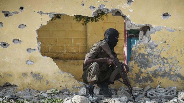 Somalischer Soldat in Deckung nach einem Anschlag der Al Shabab Miliz