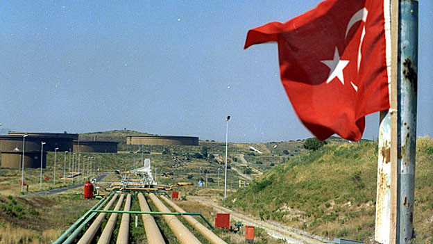 Neben Ölleitungen weht eine türkische Flagge.