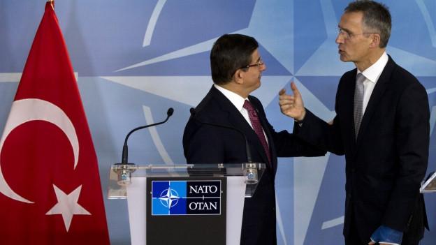 Der türkische Ministerpräsident Davutoglu und Nato-Generalsekretär Stoltenberg an einer Medienkonferenz.