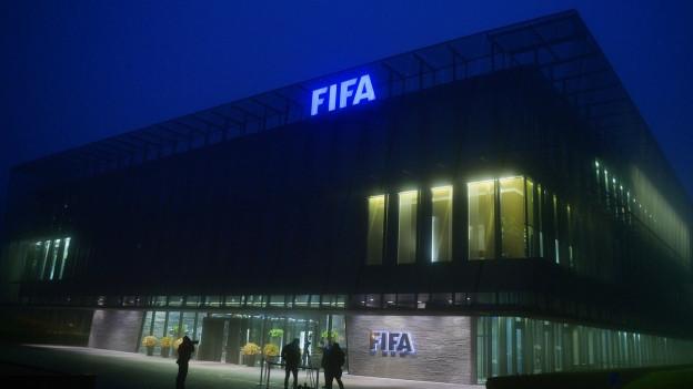 Außenansicht des FIFA –Hauptquartiers in Zürich im Nebel