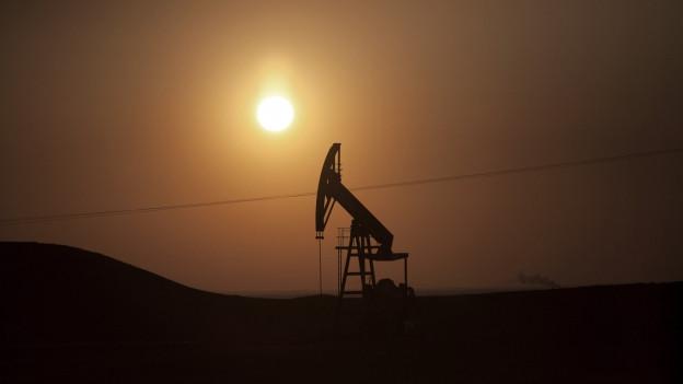 Zu sehen ist ein Ölfeld in Syrien, das aber unter der Kontrolle der kurdischen Milizen in der Nähe der Stadt Deriq ist