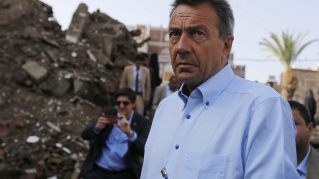 IKRK-Präsident Peter Maurer vor einem zerstörten Gebäude in Sanaa, Jemen.