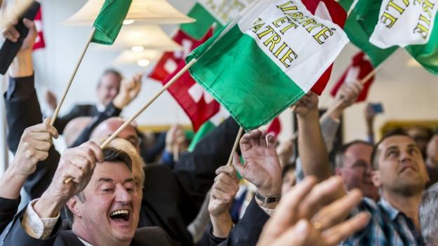 Anhänger des neu gewählten Bundesrates Guy Parmelin jubeln im Restaurant Ambassador nach der Verkündung des Resultats des dritten Wahlgangs der Bundesratswahlen.