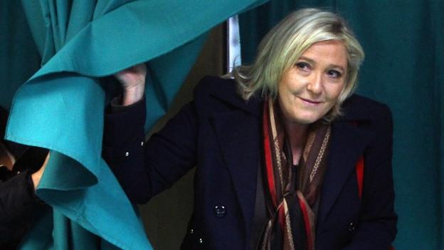 Die Parteiführerin des rechtsextremen Front National, Marine Le Pen, tritt aus einer Wahlkabine vor der Abstimmung für die zweite Runde der Regionalwahlen.