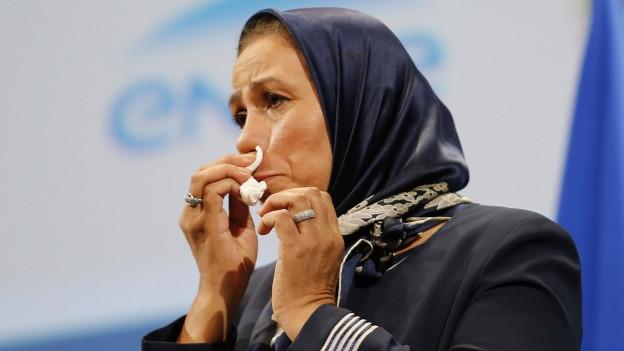 Die Muslimin Latifa Ibn Ziaten weint, als sie am 19. November 2015 eine Auszeichnung für ihre Arbeit zur Förderung des interreligiösen Dialogs erhält.