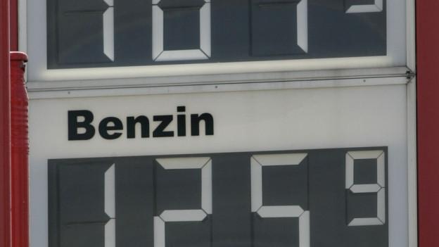 Blick auf die Anzeigetafel einer Tankstelle.