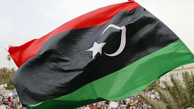 Eine libysche Flagge weht im Wind.