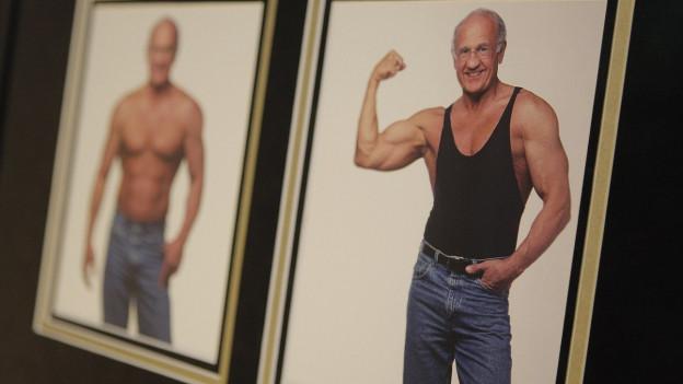 Ein muskulöser älterer Herr lächelt auf einem Foto.