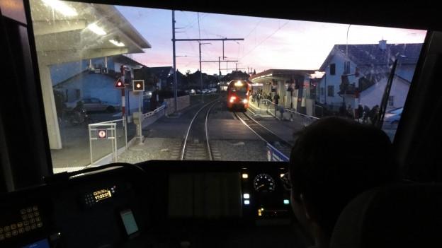 Das Bild zeigt Lokführer Sandro Meli im Führerstand eines Zuges der Regionalbahn Bern Solothurn (RBS).