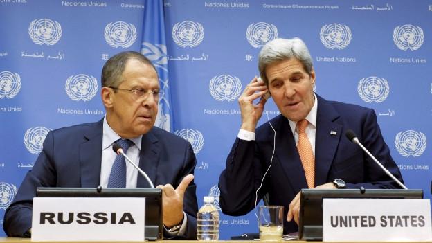 Der russische AM Lawrow und US-AM Kerry an MK vor Tapete mit UNO-Signeten.