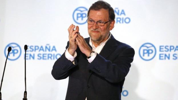 Der spanische Premierminister und Kandidat der regierenden konservativen Volkspartei, Mariano Rajoy, feiert mit seinen Anhängern den Sieg bei den Parlamentswahlen in Madrid.