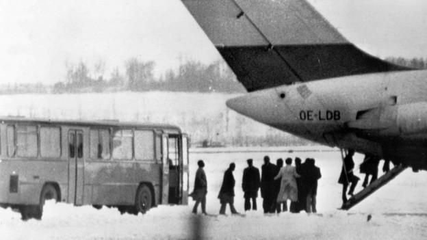 Auf dem Bild aus dem Jahr 1975 sieht man gekidnappte Delegierte der Opec-Staaten, die in Wien ein Flugzeug besteigen.