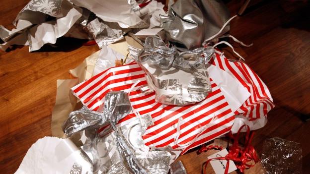 Ein Haufen von gebrauchten Geschenkpapier.