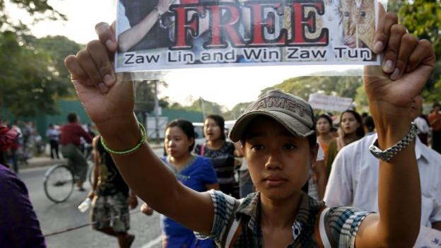 Proteste gegen die Todesurteile in Thailand auch vor der Residenz der burmesischen Oppositionsführerin Aung San Suu Kyi am 27. Dezember 2015.